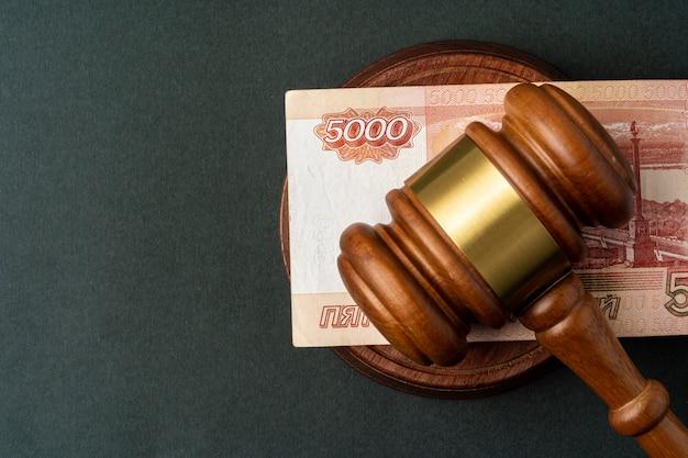 Note di rubli russi con martello di giudice. concetto di corruzione