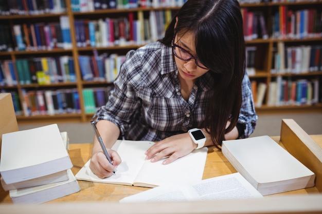 Note di scrittura della studentessa in biblioteca