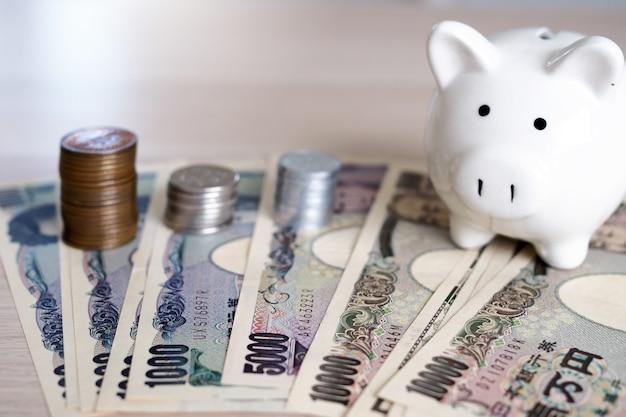 Note di yen giapponesi e monete di yen giapponesi per il concetto dei soldi