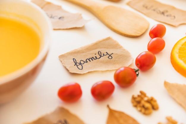 Note vicino a pomodori e liquido arancione
