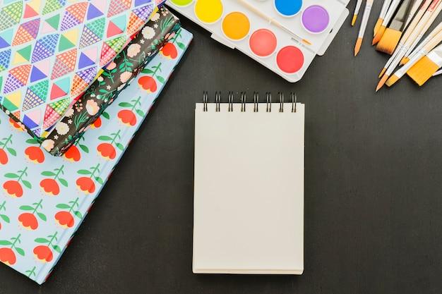 Notebook, acquerelli e cartelle