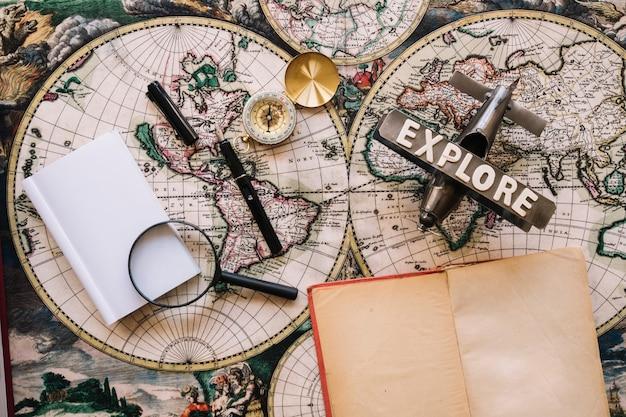 Notebook aperto vicino a forniture turistiche