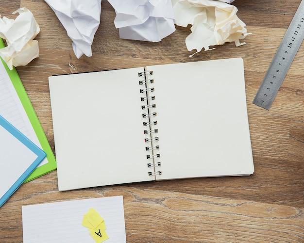 Notebook aperto vista dall'alto con spazio di copia
