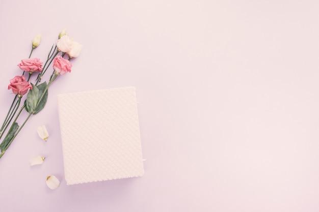 Notebook con fiori di rosa sul tavolo