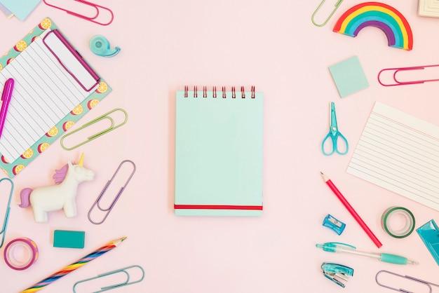 Notebook con materiale scolastico colorato