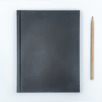 Notebook con matita su sfondo bianco