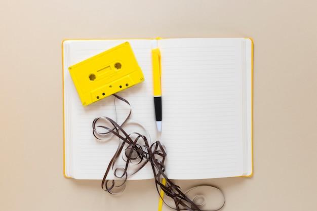 Notebook con vista dall'alto con una cassetta