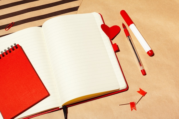 Notebook design open page sul tavolo