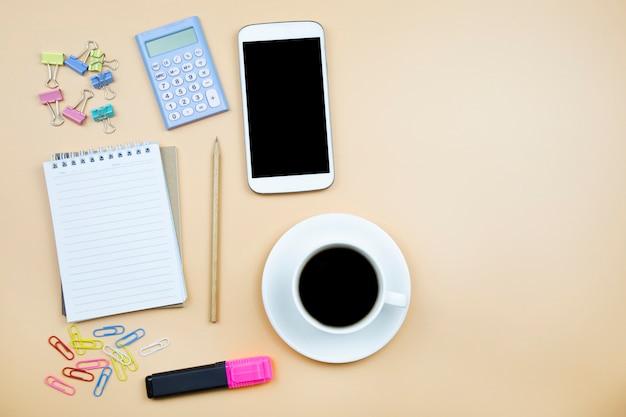 Notebook e cellulare calcolatrice e tazza di caffè nero bianco o