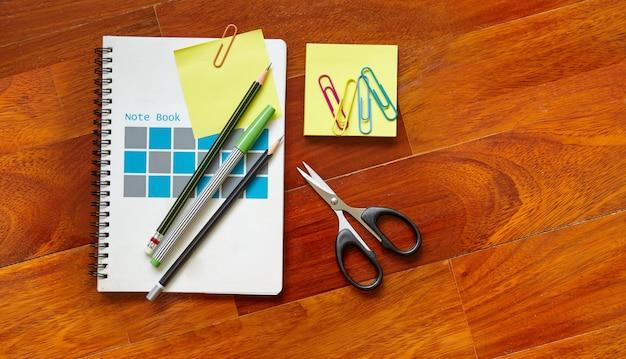 Notebook e nota adesiva gialla ritagliati sulla copertina