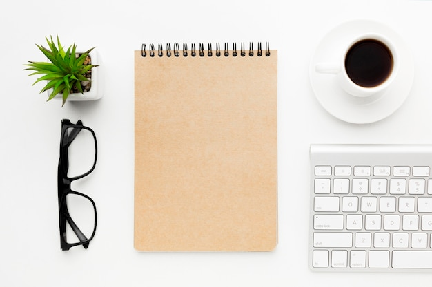 Notebook e tastiera con vista dall'alto