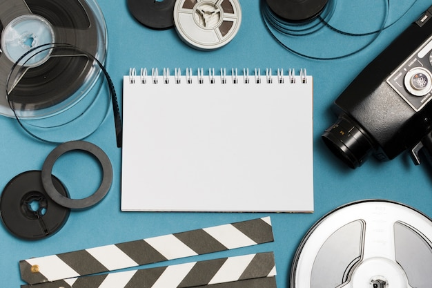 Notebook flat lay e attrezzatura cinematografica