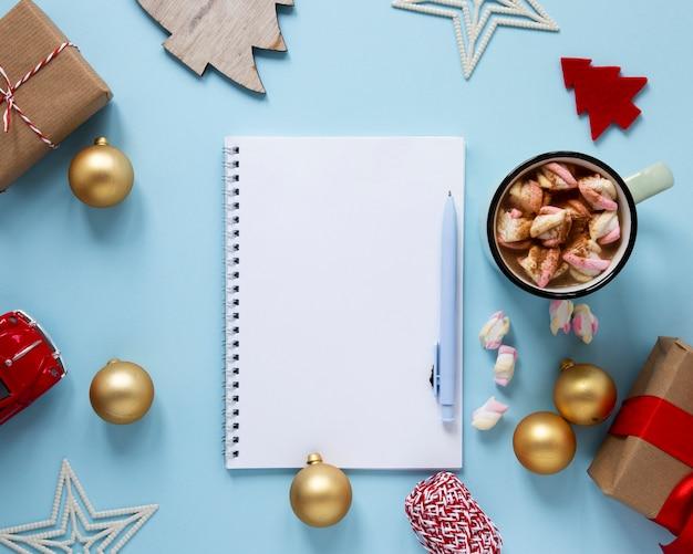 Notebook mock-up con decorazioni natalizie