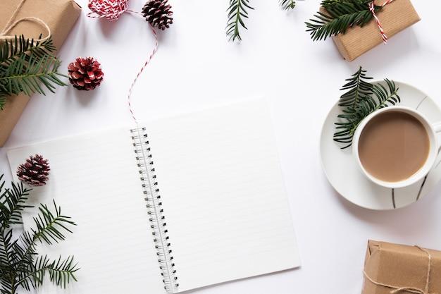 Notebook mock-up con rami di pino