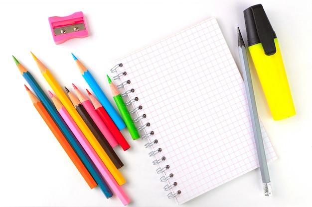 Notebook, penne e pennarelli su uno sfondo bianco, forniture per la scrittura di cancelleria