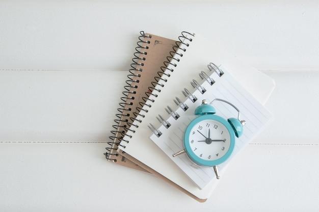 Notebook su fondo di legno bianco