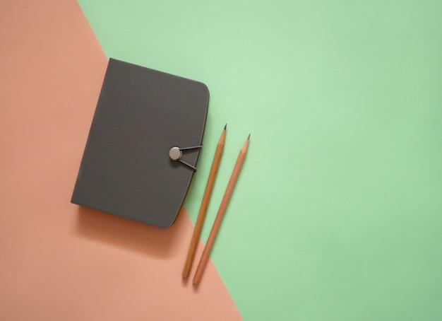 Notebook su sfondo di colore minimo