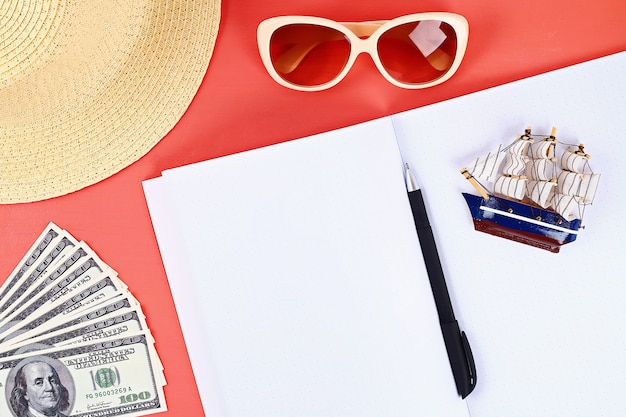 Notebook su uno sfondo di corallo. concetto di estate prepararsi per le vacanze.