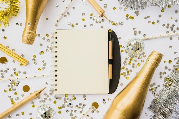 Notebook tra confetti e bottiglie di bevanda