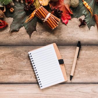 Notebook tra foglie colorate