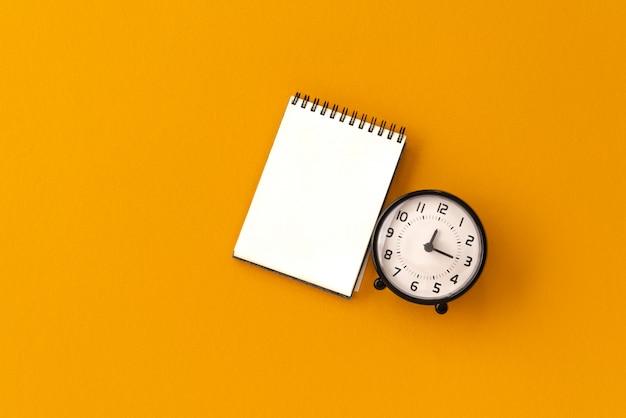 Notebook vintage arancione con orologio