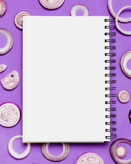Notebook vista dall'alto con cipolla affettata