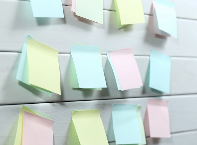 Notepapers attaccato su bordo di legno bianco