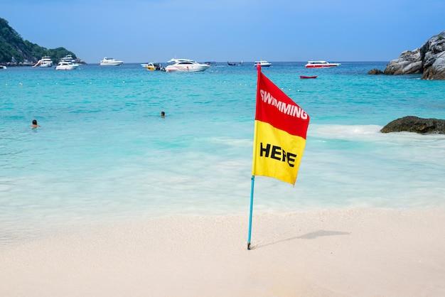 Notifica bandiera rossa e gialla per nuotare nel mare