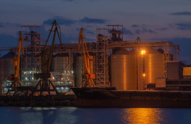 Notte al porto marittimo di odessa, ucraina