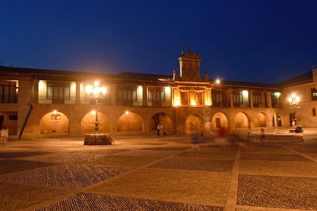 Notte alla cattedrale di santo domingo de la calzada, la rioja, spagna