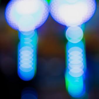 Notte astratta del bokeh con le luci al neon della città