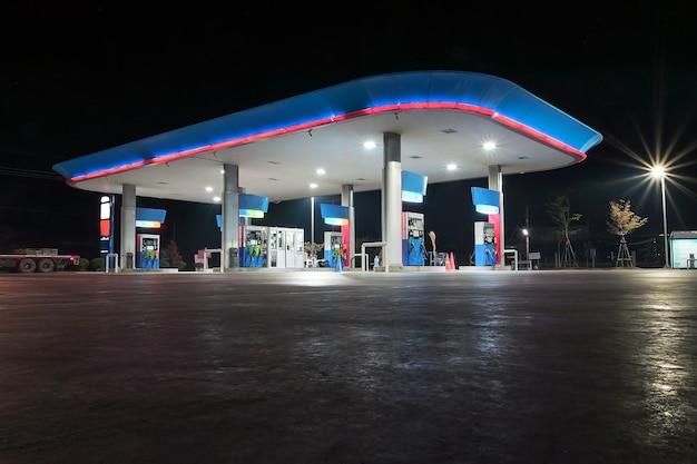 Notte in una stazione di benzina solitaria a bangkok
