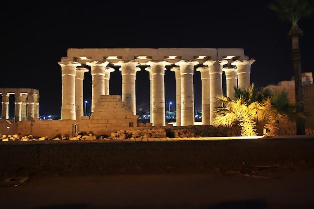 Notte negli antichi templi di luxor, in egitto