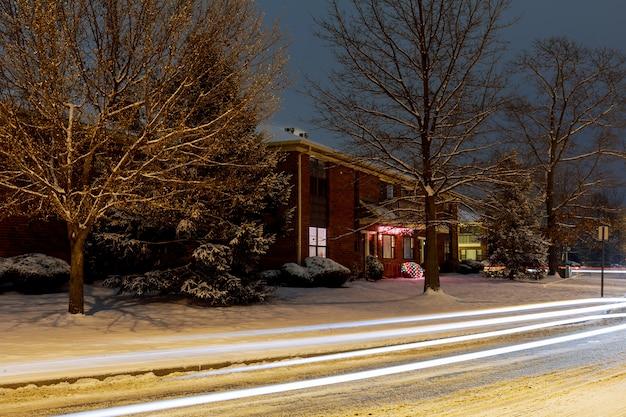 Notte paesaggio invernale nel vicolo della città