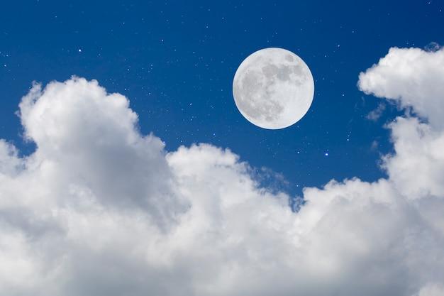 Notte romantica luna piena su sfondo di montagna.