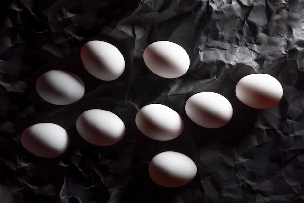 Nove uova bianche da colorare