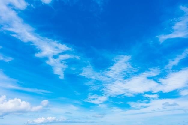 Nube bianca sul cielo blu