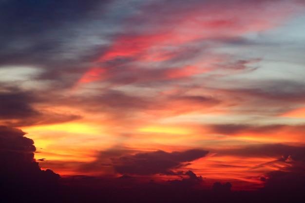 Nube di fiamma eterna e raggio di cielo serale dell'ultima luce del tramonto