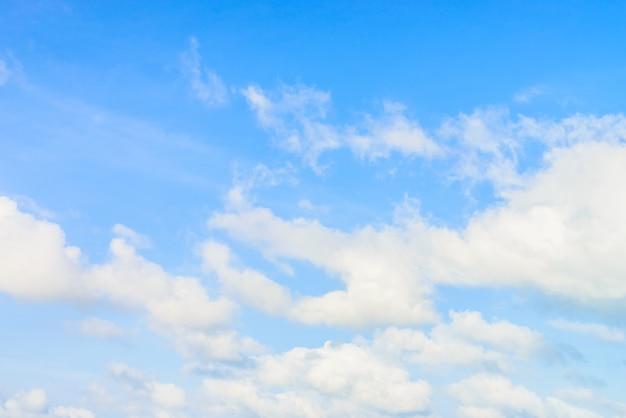Nube su cielo blu