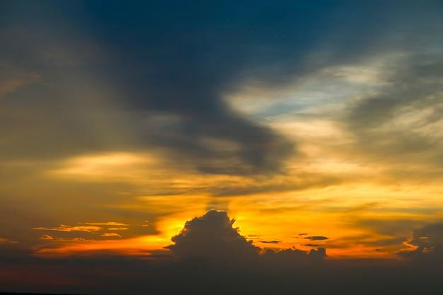 Nube variopinta della fiamma eterna e luce del cielo e del raggio di sera del tramonto
