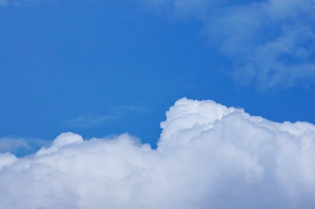 Nubi con uno sfondo di cielo