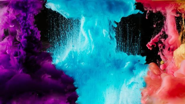 Nubi di fumo multicolori su fondo nero