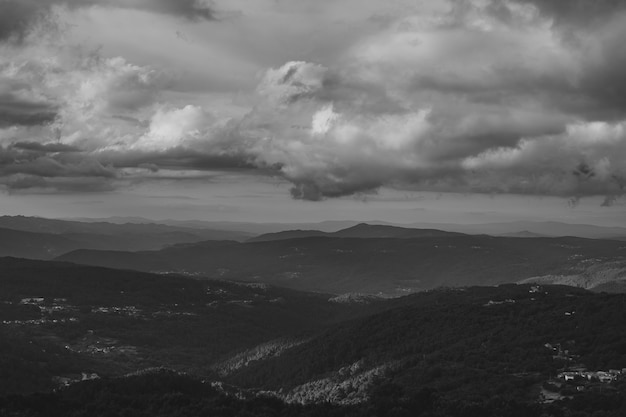 Nubi scure sopra la montagna