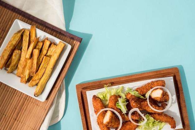 Nuggets e patatine fritte splendidamente servite