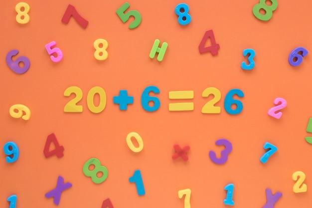 Numeri matematici colorati che creano una vista dall'alto di equazione