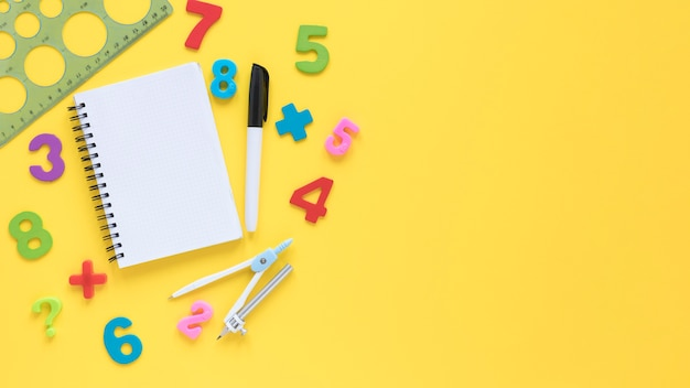 Numeri matematici colorati con blocco note e righello