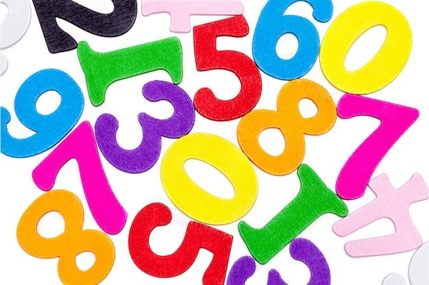 Numeri multicolori in legno