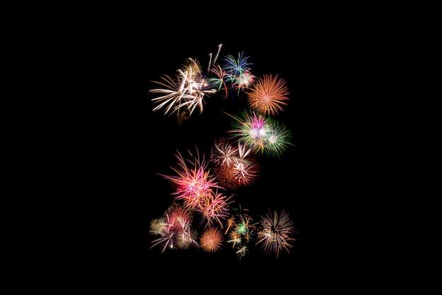 Numero 2. alfabeto numero fatto di fuochi d'artificio reali