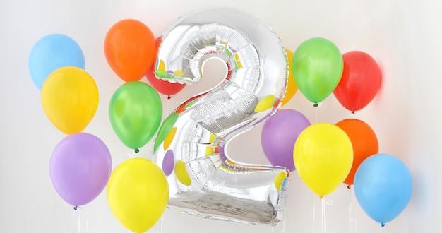 Numero 2 due del palloncino di colore su sfondo chiaro