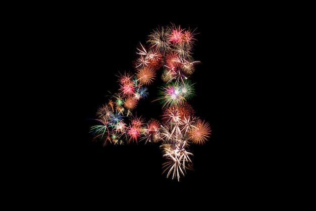 Numero 4. numero alfabeto fatto di fuochi d'artificio reali.